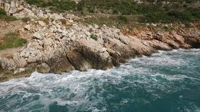 中断在一个石海滩的通知,形成浪花 英尺长度 飞溅在海的岩石挥动 库存照片