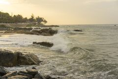 中断在一个石海滩的通知,形成浪花 免版税图库摄影