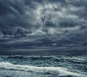 中断岸的大海浪 免版税库存照片