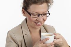中断愉快女实业家的咖啡 免版税库存照片