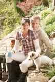 中断有咖啡的夫妇g户外 免版税库存照片