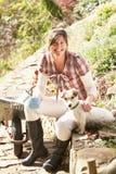 中断有咖啡的狗妇女 免版税库存照片