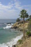 中断海岸岩石海浪 图库摄影
