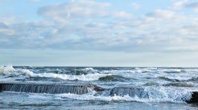 中断海浪 免版税库存照片