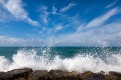 中断石通知的海滩 图库摄影