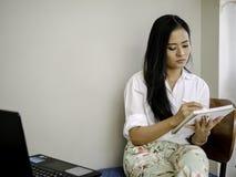 中断笔记、文字或者图画创造性概念的亚洲美好的自由职业者薪水注意 库存图片