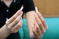 中断香烟女孩 3d离开被回报的反图象抽烟 库存照片