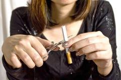 中断香烟妇女 免版税库存照片