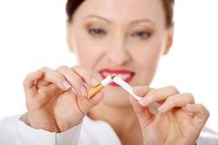 中断香烟成熟妇女 免版税图库摄影