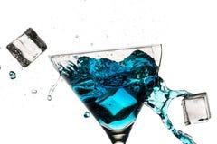 中断马蒂尼鸡尾酒玻璃的冰块被装载 免版税库存图片