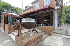 中楼可倾斜的工业蒸汽罐在redtory创造性的庭院,广州,瓷里 免版税图库摄影