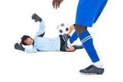击中橄榄球的罢工者在守门员 库存照片