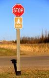 中止骑自行车者卸下标志 免版税库存图片