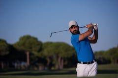 击中沙子地堡射击的前高尔夫球运动员 库存图片