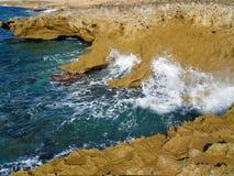 击中海岸线的强的海浪在希腊 免版税库存照片