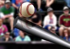 击中球有观众的背景的棒球棒 免版税图库摄影