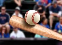 击中球的棒球棒 免版税库存图片