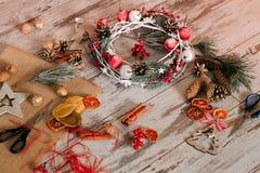 中看不中用的物品蓝色圣诞节构成玻璃 与花圈的假日装饰 库存照片