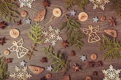 中看不中用的物品蓝色圣诞节构成玻璃 云杉的分支, xmas树,与丝带的xmas桃红色装饰假日球在白色背景 库存照片