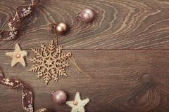 中看不中用的物品蓝色圣诞节构成玻璃 云杉的分支, xmas树,与丝带的xmas桃红色装饰假日球在白色背景 免版税库存图片