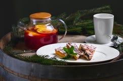 中看不中用的物品蓝色圣诞节构成玻璃 传统圣诞节点心 自创蛋糕用果子和冷杉早午餐 新年度 选择聚焦 库存照片
