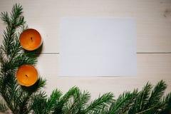 中看不中用的物品蓝色圣诞节构成玻璃 圣诞礼物,两个蜡烛,在木白色背景,copyspace的冷杉分支 库存图片