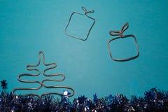 中看不中用的物品蓝色圣诞节构成玻璃 圣诞礼物,在蓝色背景的圣诞树 免版税图库摄影
