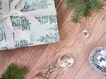 中看不中用的物品蓝色圣诞节构成玻璃 圣诞礼物,杉树分支,黑和金黄装饰在白色背景 平的位置,顶视图,c 图库摄影