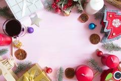 中看不中用的物品蓝色圣诞节构成玻璃 圣诞节框架由杉树制成在桃红色背景分支 免版税库存图片