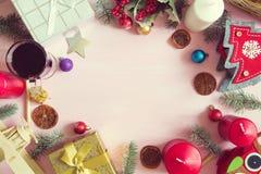 中看不中用的物品蓝色圣诞节构成玻璃 圣诞节框架由杉树制成在桃红色背景分支 免版税库存照片