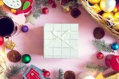 中看不中用的物品蓝色圣诞节构成玻璃 圣诞节框架由杉树制成在桃红色背景分支 免版税图库摄影