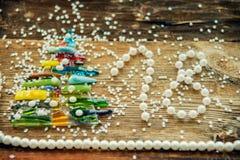 中看不中用的物品蓝色圣诞节构成玻璃 圣诞节礼物,冷杉在木白色背景分支 平的位置,顶视图 免版税库存照片