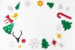 中看不中用的物品蓝色圣诞节构成玻璃 圣诞节装饰和五颜六色的被手工造的保险开关在白色背景 平的位置顶视图 免版税库存照片