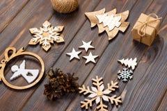 中看不中用的物品蓝色圣诞节构成玻璃 圣诞节雪花、圣诞树和天使在一个框架在木背景 新年木decoratio 库存照片