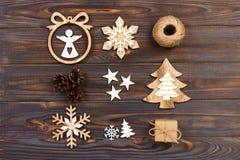 中看不中用的物品蓝色圣诞节构成玻璃 圣诞节雪花、圣诞树和天使在一个框架在木背景 新年木decoratio 库存图片