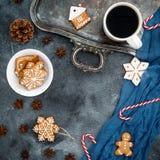 中看不中用的物品蓝色圣诞节构成玻璃 姜饼、棒棒糖和咖啡杯在黑暗的背景 概念新年度 库存照片