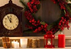 中看不中用的物品蓝色圣诞节构成玻璃 家庭甜点 在葡萄酒自然木背景的圣诞节装饰 库存图片