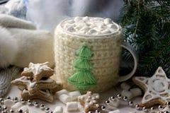 中看不中用的物品蓝色圣诞节构成玻璃 杯子用热巧克力和姜曲奇饼 免版税库存图片