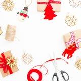 中看不中用的物品蓝色圣诞节构成玻璃 框架由圣诞节礼物制成,麻线,在白色背景的玩具 平的位置,顶视图,拷贝空间 免版税图库摄影