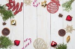 中看不中用的物品蓝色圣诞节构成玻璃 礼物,圣诞装饰,柏分支,杉木锥体 平的位置,顶视图,拷贝空间 库存照片