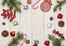 中看不中用的物品蓝色圣诞节构成玻璃 礼物,圣诞装饰,柏分支,杉木锥体 平的位置,顶视图,拷贝空间 免版税库存图片
