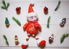 中看不中用的物品蓝色圣诞节构成玻璃 雪人、树枝和圣诞节玩具在木白色背景 免版税库存照片