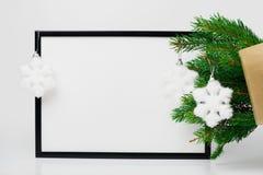 中看不中用的物品蓝色圣诞节构成玻璃 黑框架和分支圣诞树, 免版税库存照片