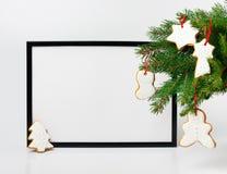 中看不中用的物品蓝色圣诞节构成玻璃 黑框架和分支圣诞树 库存照片