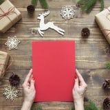 中看不中用的物品蓝色圣诞节构成玻璃 倒空圣诞老人的空白的信件或您的wishlist或出现活动在女性手上 顶视图 免版税库存照片