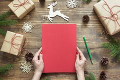 中看不中用的物品蓝色圣诞节构成玻璃 倒空圣诞老人的空白的信件或您的wishlist或出现活动在女性手上 顶视图 库存照片