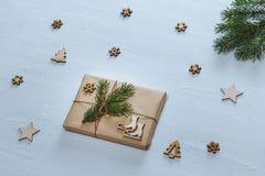 中看不中用的物品蓝色圣诞节构成玻璃 圣诞节礼物、冷杉分支和装饰星,雪花,在蓝色书桌上的冷杉木 平的位置 免版税库存照片