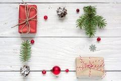 中看不中用的物品蓝色圣诞节构成玻璃 框架由圣诞节礼物,杉木锥体,杉树制成分支,红色球和莓果 库存图片