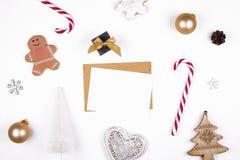中看不中用的物品蓝色圣诞节构成玻璃 有棒棒糖、杉树分支和雪花的姜饼人在白色背景顶视图,平的位置 免版税库存照片