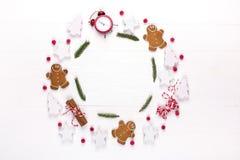 中看不中用的物品蓝色圣诞节构成玻璃 圆的框架由装饰,杉树分支,在白色背景的姜饼人曲奇饼做成 冬天ho 免版税库存照片